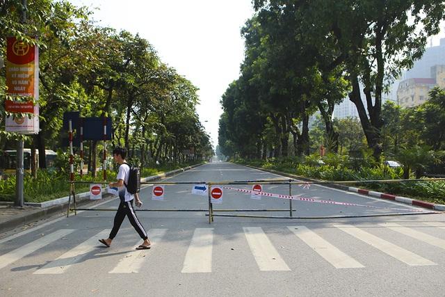 Tiếp tục rào chắn nửa đường Kim Mã, giao thông căng thẳng giờ tan tầm - 3