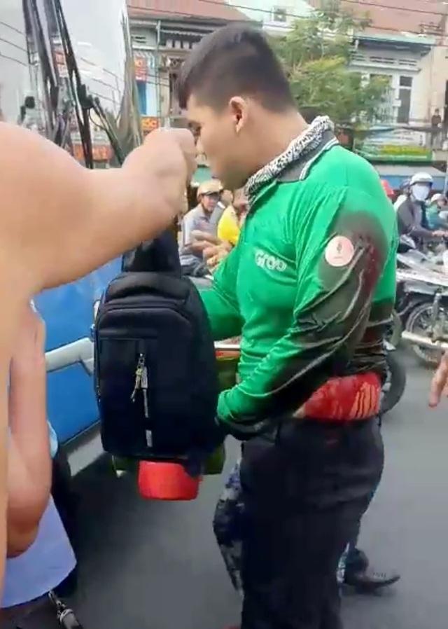TPHCM: Sa thải tài xế xe buýt dùng hung khí đâm tài xế Grab - 1