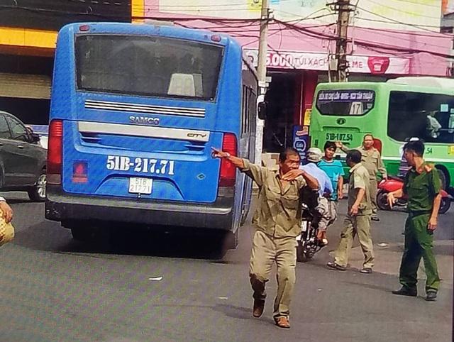 Tài xế xe buýt cầm dao đâm tài xế Grab sau va chạm giao thông - 3