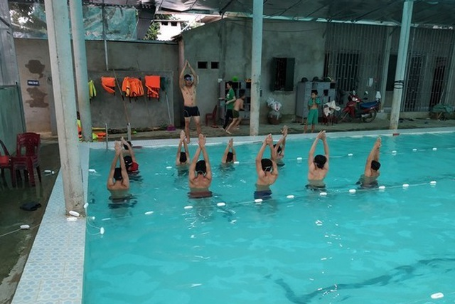 Thầy giáo dạy bơi miễn phí cho học sinh - 3