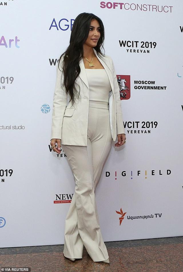 Kim Kardashian mặc kín đáo bất ngờ - 1