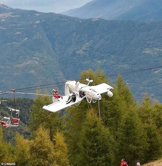 Máy bay Italy treo lộn ngược lơ lửng trên cáp treo - 2