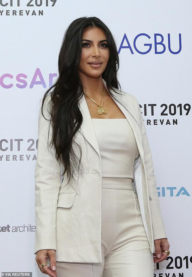 Kim Kardashian mặc kín đáo bất ngờ - 6