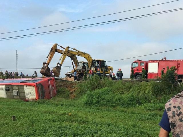 Xe khách lao xuống ruộng, 1 người tử vong, hàng chục người bị thương - 4