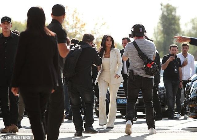Kim Kardashian mặc kín đáo bất ngờ - 5