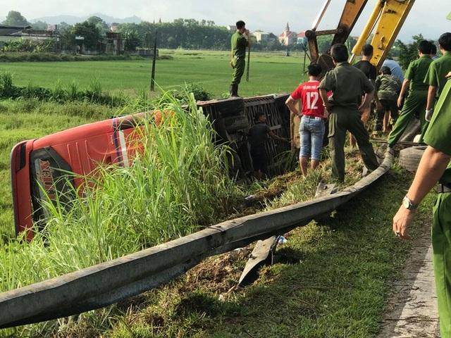 Xe khách lao xuống ruộng, 1 người tử vong, hàng chục người bị thương - 2