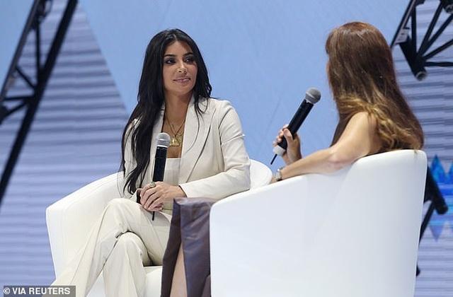 Kim Kardashian mặc kín đáo bất ngờ - 2