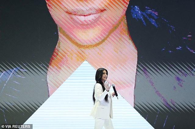 Kim Kardashian mặc kín đáo bất ngờ - 3