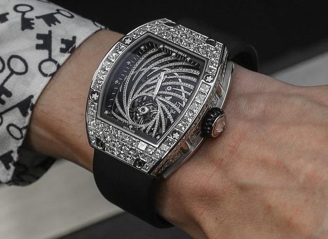 Sững sờ nhìn chiếc đồng hồ trị giá hơn 19 tỷ đồng bị giật ngay tại Paris - 1