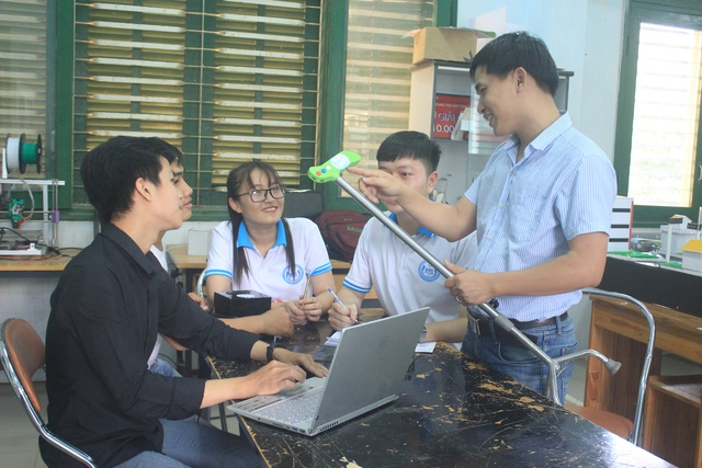 Nhóm sinh viên chế tạo gậy thông minh hỗ trợ người già - 1