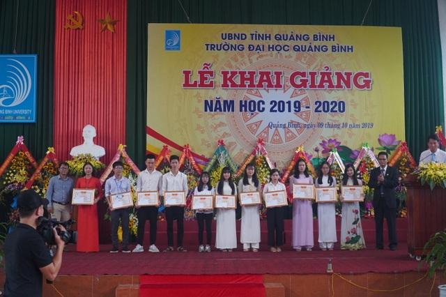 Trường ĐH Quảng Bình trao thưởng 11 tân thủ khoa trong ngày khai giảng - 3