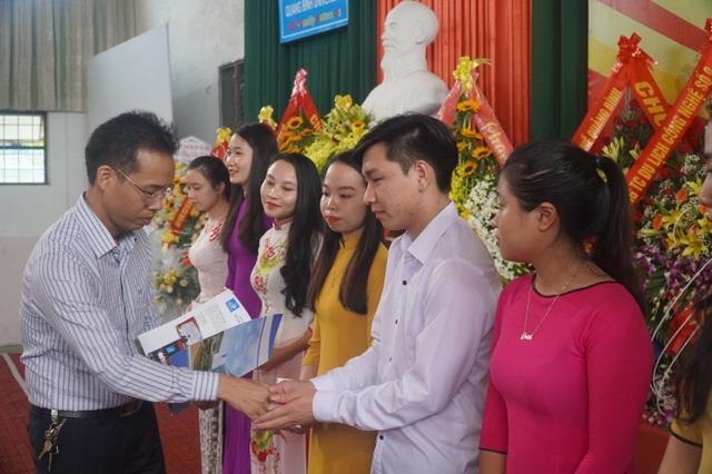 Trường ĐH Quảng Bình trao thưởng 11 tân thủ khoa trong ngày khai giảng - 2