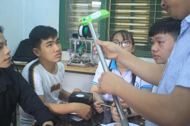 Nhóm sinh viên chế tạo gậy thông minh hỗ trợ người già - 3