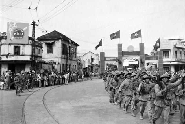 Hình ảnh đoàn quân chiến thắng trở về tiếp quản Thủ đô 65 năm trước - 2