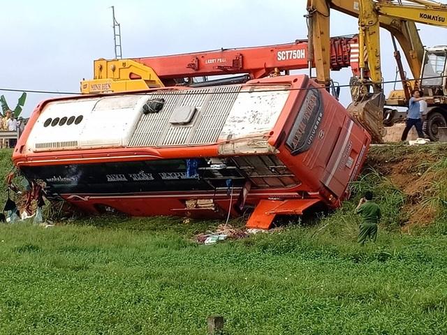 Xe khách lao xuống ruộng, 1 người tử vong, hàng chục người bị thương - 3