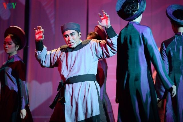 """Nhà hát Lớn Hà Nội chật kín khán giả xem """"Ngàn năm mây trắng"""" - 13"""