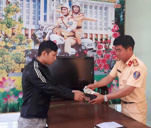 Nam thanh niên vui mừng nhận lại ví tiền do CSGT Bình Định nhặt được - 1