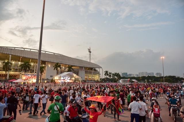 Việt Nam 1-0 Malaysia: Quang Hải ghi bàn đẳng cấp - 37