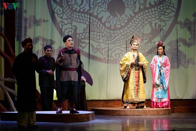 """Nhà hát Lớn Hà Nội chật kín khán giả xem """"Ngàn năm mây trắng"""" - 6"""