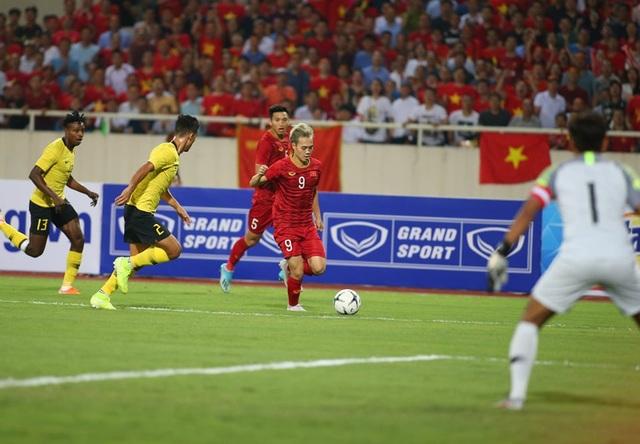 Việt Nam 1-0 Malaysia: Quang Hải ghi bàn đẳng cấp - 17