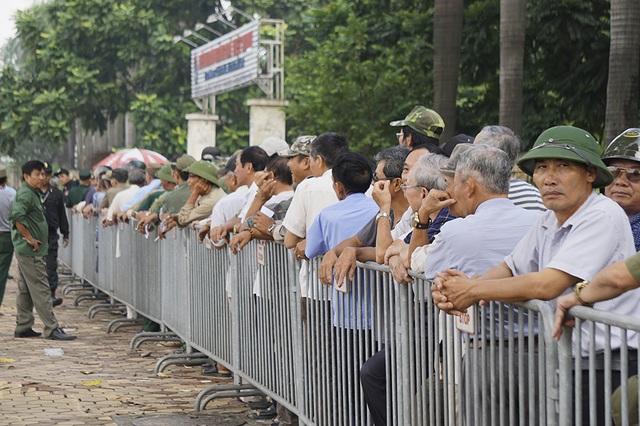 Thương binh xếp hàng mua vé trận Việt Nam gặp Malaysia - 9