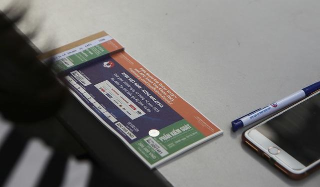 Thương binh xếp hàng mua vé trận Việt Nam gặp Malaysia - 7