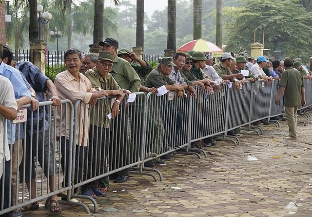 Thương binh xếp hàng mua vé trận Việt Nam gặp Malaysia - 1