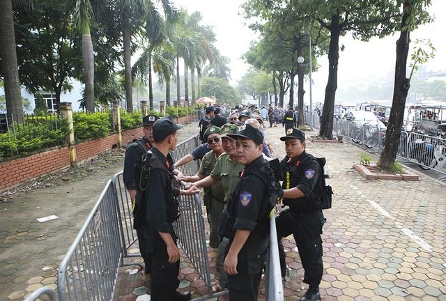 Thương binh xếp hàng mua vé trận Việt Nam gặp Malaysia - 2