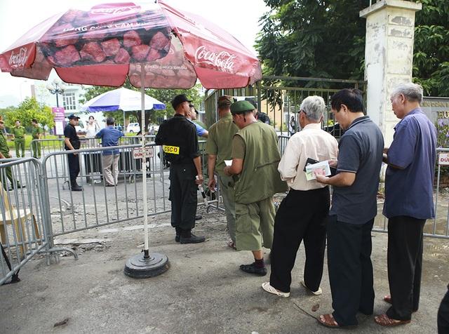 Thương binh xếp hàng mua vé trận Việt Nam gặp Malaysia - 4