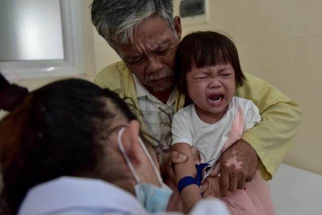 Con dâu qua đời, ông nội bán lúa non cứu cháu gái ung thư - 4