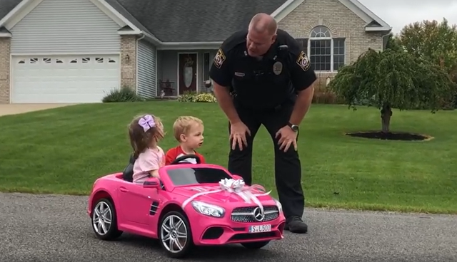 """Clip thú vị về hai """"phượt thủ nhí"""" bị cảnh sát chặn xe kiểm tra bằng lái - 1"""