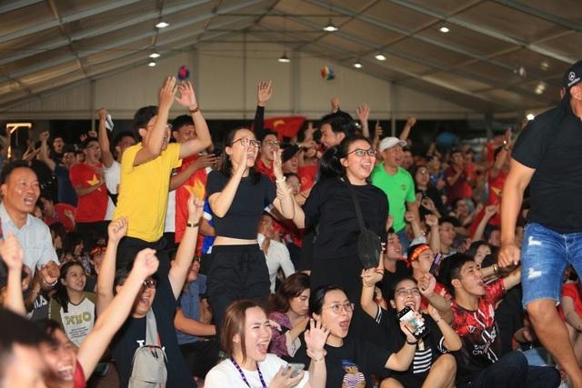 Người hâm mộ TPHCM ngất ngây với chiến thắng của đội tuyển Việt Nam - 3