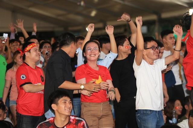 Người hâm mộ TPHCM ngất ngây với chiến thắng của đội tuyển Việt Nam - 2