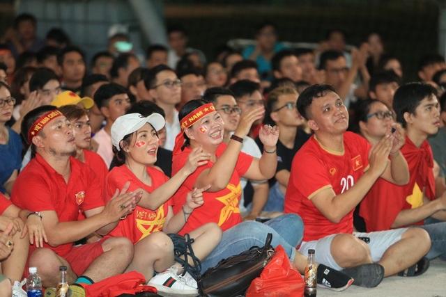 Người hâm mộ TPHCM ngất ngây với chiến thắng của đội tuyển Việt Nam - 1