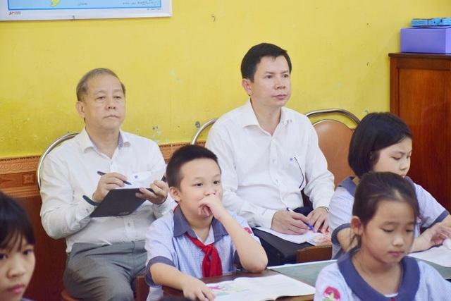 Chủ tịch tỉnh bất ngờ đến ngồi học môn Đạo đức cùng học sinh - 1