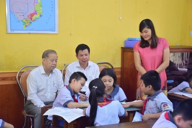 Chủ tịch tỉnh bất ngờ đến ngồi học môn Đạo đức cùng học sinh - 3