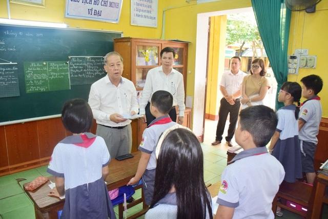 Chủ tịch tỉnh bất ngờ đến ngồi học môn Đạo đức cùng học sinh - 4