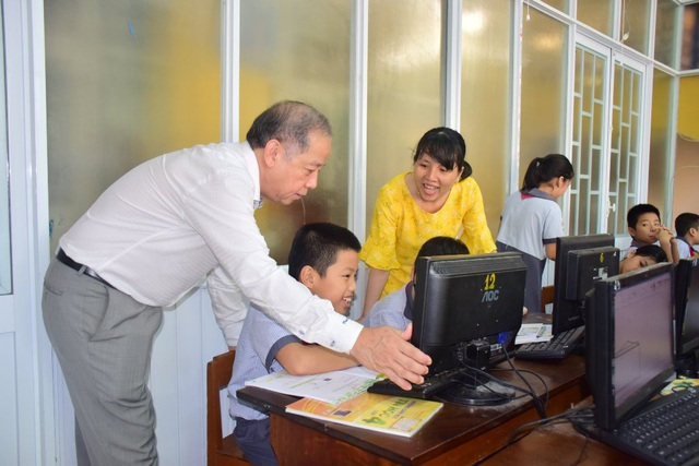 Chủ tịch tỉnh bất ngờ đến ngồi học môn Đạo đức cùng học sinh - 5