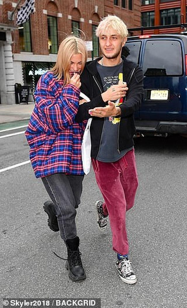 Khoảnh khắc ngọt ngào của đôi tình nhân trẻ Anwar Hadid - Dua Lipa - 6