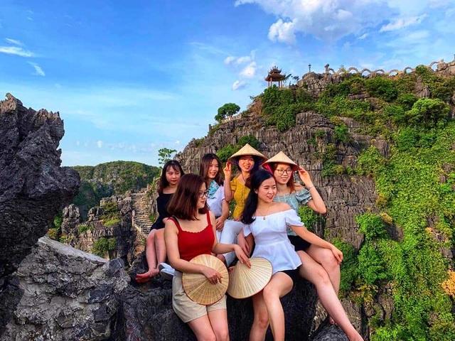 """Hang Múa: Điểm """"check-in"""" trên """"lưng chừng trời"""" đẹp không tưởng ở Ninh Bình! - 4"""
