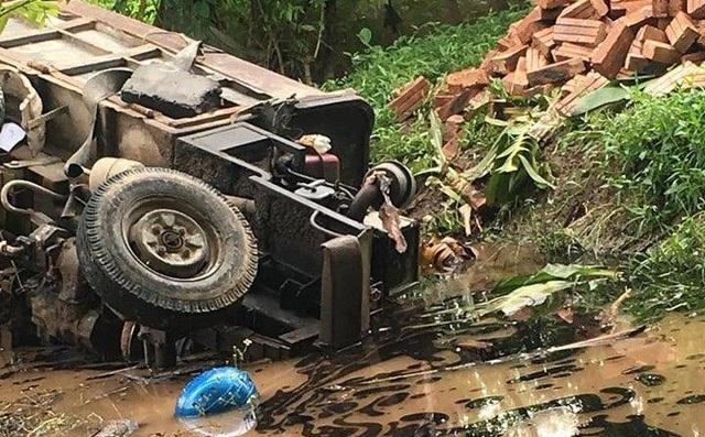 Công nông tông xe máy rồi rơi xuống mương, 2 tài xế cùng tử vong - 1