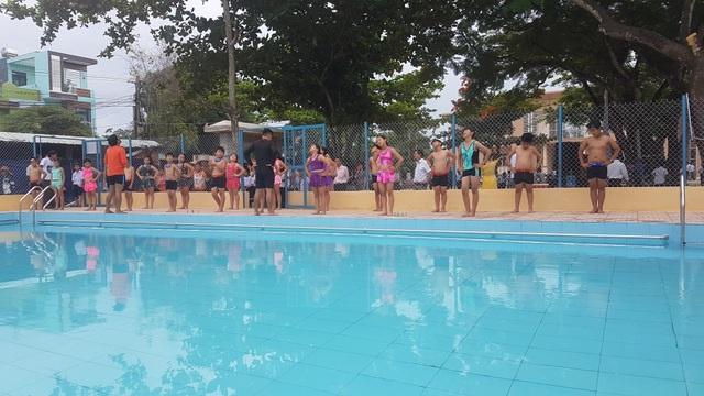 Quảng Ngãi: Hàng ngàn trẻ em vùng thiên tai được học bơi miễn phí - 2