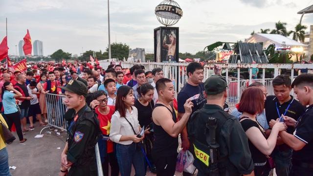 Không khí sôi động tại sân Mỹ Đình trước trận Việt Nam gặp Malaysia - 10