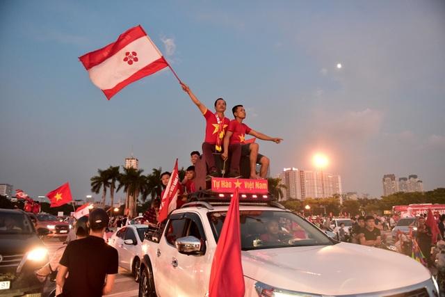 Không khí sôi động tại sân Mỹ Đình trước trận Việt Nam gặp Malaysia - 12