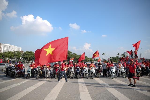 Không khí sôi động tại sân Mỹ Đình trước trận Việt Nam gặp Malaysia - 1