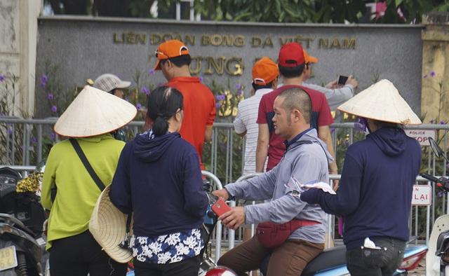 Vé chợ đen trận Việt Nam - Malaysia vẫn bị thổi giá cao ngất - 7