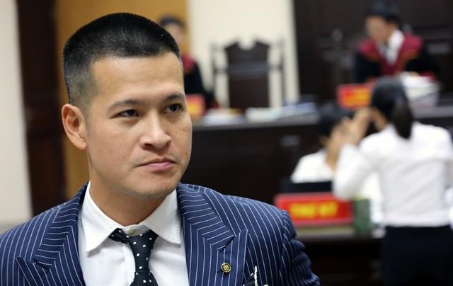Hoãn xử vụ Tuần Châu - Việt Tú, đạo diễn Hoàng Nhật Nam rơi nước mắt trước cổng tòa - 2