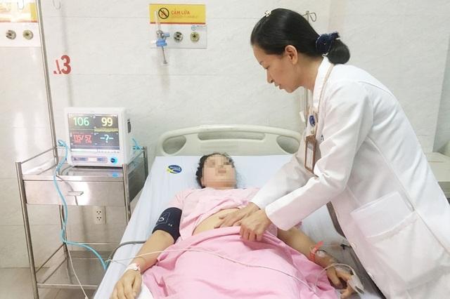 Vỡ thai ngoài tử cung, bệnh nhân mất 2 lít máu suýt chết - 1