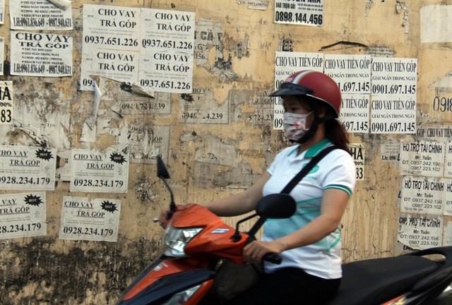 """Cảnh báo tình trạng công nhân """"vay tiền nóng"""", thế chấp thẻ ATM - 1"""