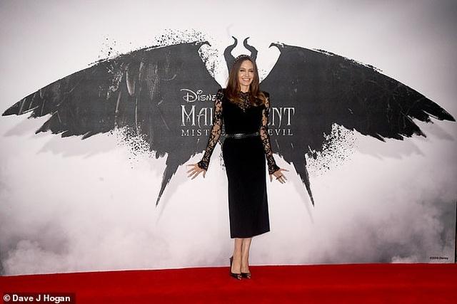 Angelina Jolie tươi tắn bên đồng nghiệp trẻ - 2